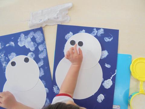 タオルで作ったタンポは絵の具の濃淡が表現でき、雪製作には最適です